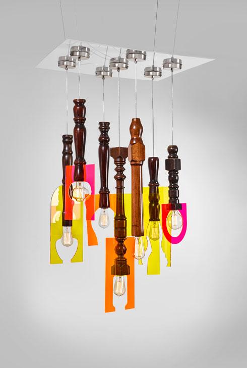 המנורות התלויות: רגלי עץ חרוטות של כיסאות ישנים וצלליות של זכוכית אקרילית צבעונית כאהילים (צילום: אורי גרון)