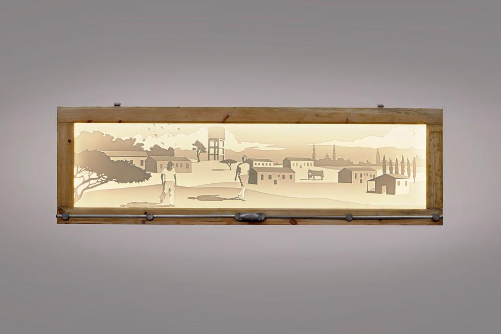 מנורות Layered  של סטודיו Knob (עדי עזר ויותם שפרוני) שולבו במשקופי עץ ישנים, שבהם טיפל אמיר רווה. שיתוף הפעולה ביניהם יזכה מעכשיו לליווי של צוות המוזיאון לעיצוב בחולון, במטרה לעצב פריט לאוסף הקבוע של המוזיאון (צילום: אורי גרון)