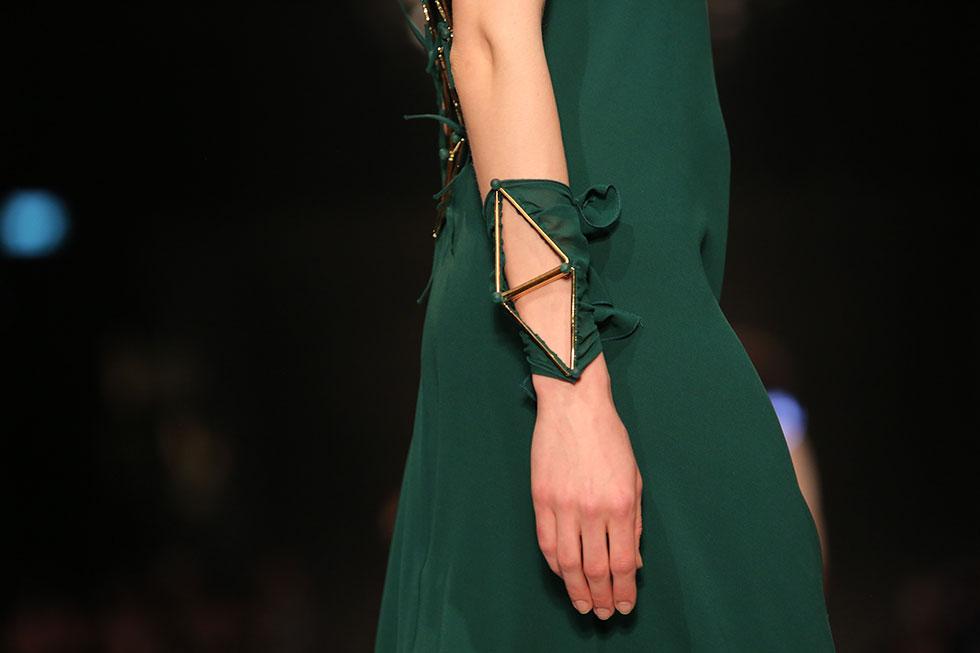 תכשיט מתכת גיאומטרי בשמלת ערב (צילום: אורית פניני)