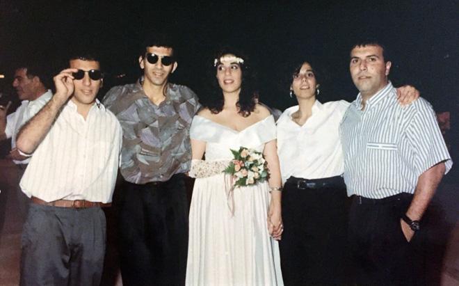 """מיכל (שנייה מימין) עם ארבעת אחיה. """"שומרים על קשר קרוב עד היום"""" (צילום: אלבום פרטי)"""