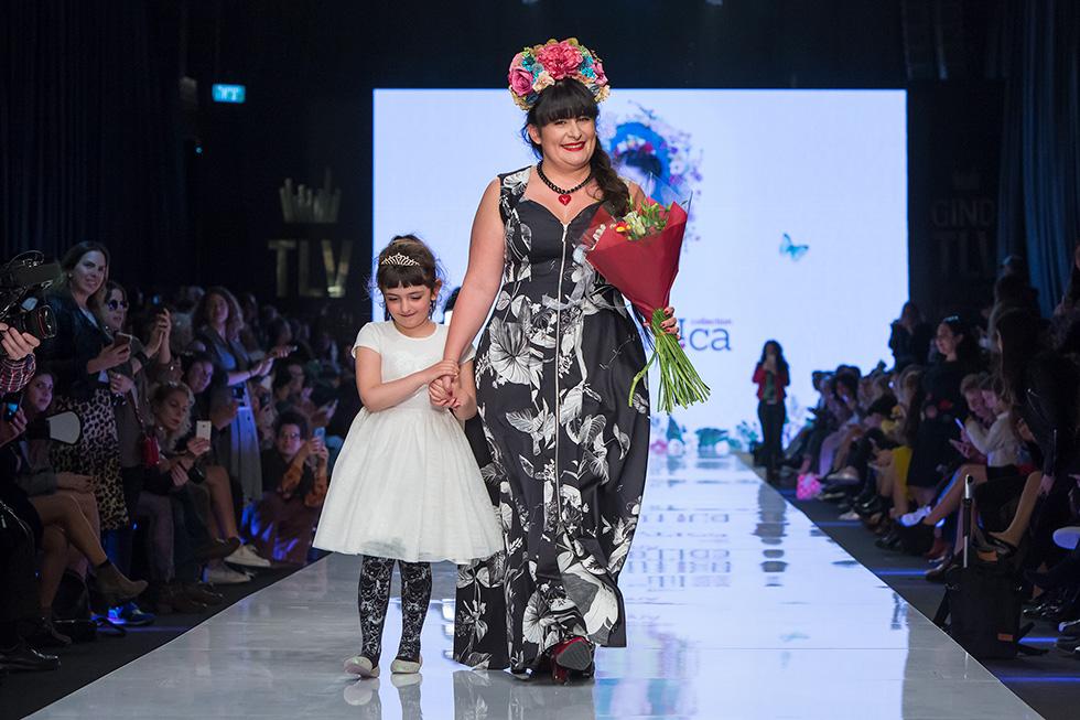 אנה לוקצקי עולה על המסלול בסיום תצוגת האופנה שלה (צילום: ענבל מרמרי)