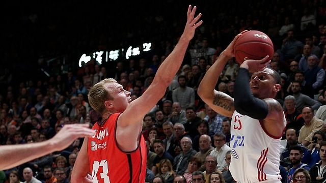 רוב הזמן הכדור אצלו. ג'רלס (צילום: ולנסיה, האתר הרשמי) (צילום: ולנסיה, האתר הרשמי)