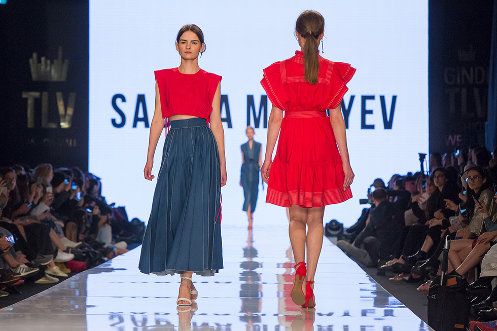 """""""השמלה האדומה והמערכת של החולצה האדומה וחצאית הכפלים הכחולים היו רגע חזק על המסלול"""". סבינה מוסייב (צילום: ענבל מרמרי)"""
