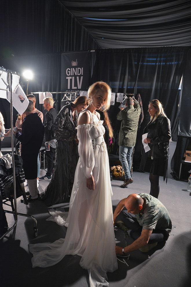 התצוגה מסתיימת, הדברים מתחבקים ומתנשקים עם מעצב האופנה. ויוי בלאיש (צילום: ערן לוי idocvm@)