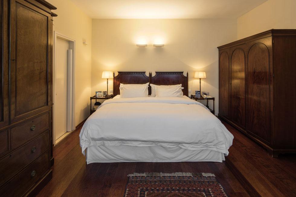 חדר השינה של השגריר ובן זוגו נקרא ''חדר אלנבי'', והוא מרוהט ברהיטים קלאסיים כהים. הצניעות והענייניות יוצרות תחושה של חדר בבית מלון, ורק הצילומים האישיים מסגירים את העובדה שמדובר בחדר פרטי קבוע (צילום: טל ניסים)