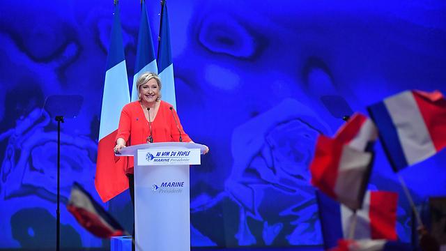 רוצה להוציא את צרפת מהאיחוד האירופי, אבל לא בטוח שיש במדינה רוב למהלך זה. מנהיגת הימין הקיצוני בצרפת לה פן (צילום: mct) (צילום: mct)