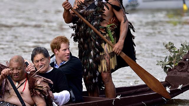 הנסיך הארי שט בסירת קאנו בנהר וואנגנוי (צילום: AFP)