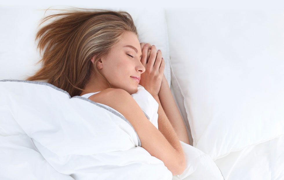 """""""שינה אינה מותרות. חוסר שינה פוגע בבריאות וביכולת שלנו לפתור בעיות"""" (צילום: Shutterstock)"""
