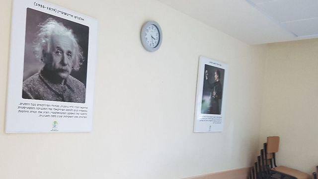 אינשטיין ומארי קירי משקיפים על התלמידים (צילום: ירון דרוקמן)