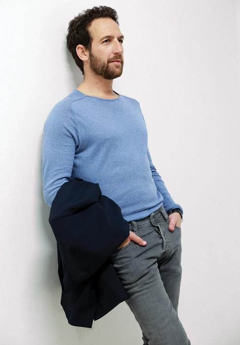 סריג, 100 שקל, זארה. ז'קט (ביד), 995 שקל, cos. ג'ינס, 850 שקל, דיזל (צילום: ניר יפה, סטיילינג: תמי ארד־ברקאי)