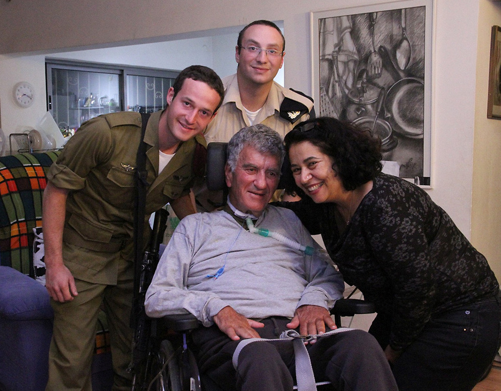 Tzvika Levy with lone soldiers (Photo: Zohar Shahar) (Photo: Zohar Shahar)