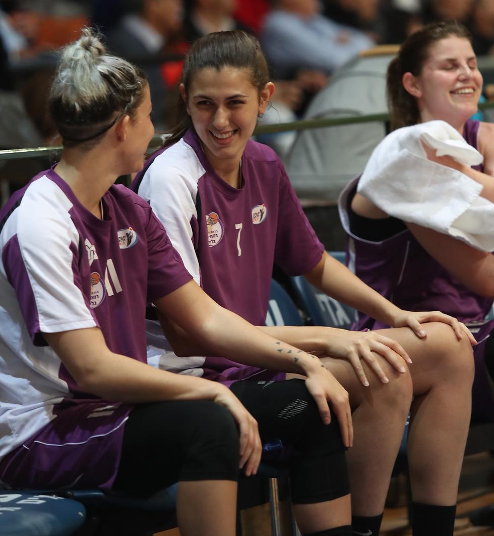 חיוכים על הספסל של מכבי רמת חן (צילום: אורן אהרוני) (צילום: אורן אהרוני)