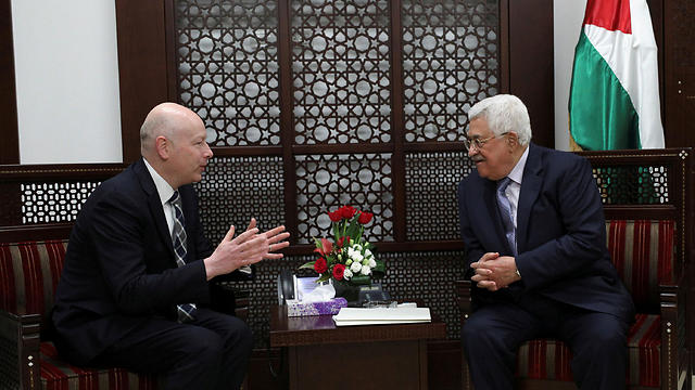 Speciak Trump envoy to the ME Greenblatt (L) and Abbas (Photo: Reuters)