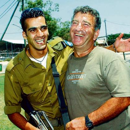 חיוך וחיבוק. לוי עם חייל בודד שעלה לישראל מעיראק