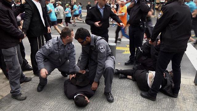 שוטרים עוצרים חרדים (צילום: אלי מנדלבאום) (צילום: אלי מנדלבאום)