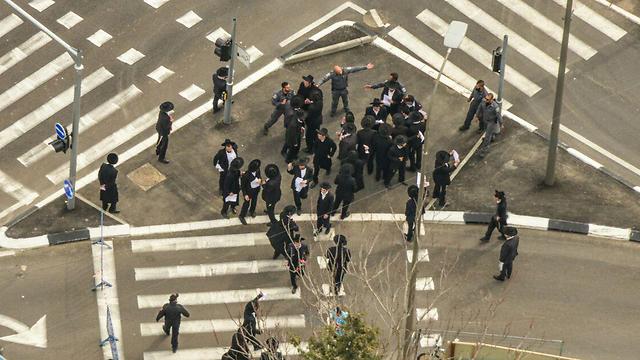 חרדים מתעמתים עם שוטרים (צילום: דוברות המשטרה) (צילום: דוברות המשטרה)