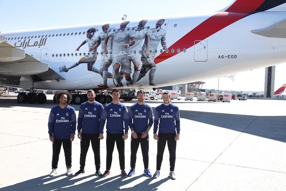 השחקנים לצד מטוס הענק (צילום: Emirates)