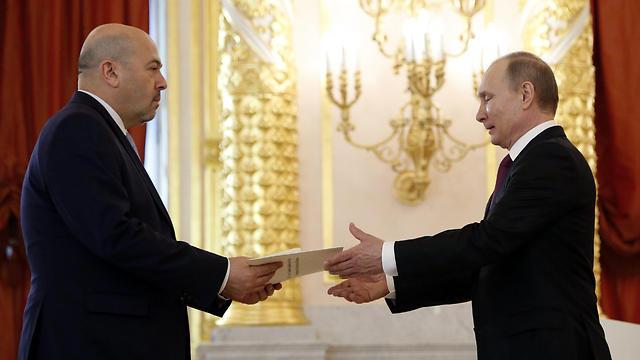 השגריר החדש של ישראל מגיש את כתב ההאמנה לפוטין. 24 שעות אחר כך כבר זומן לשיחת הבהרה (צילום: EPA)