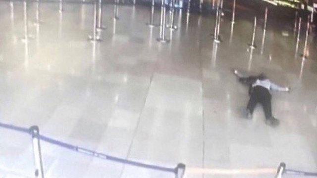 התוקף מוטל מת על רצפת נמל התעופה
