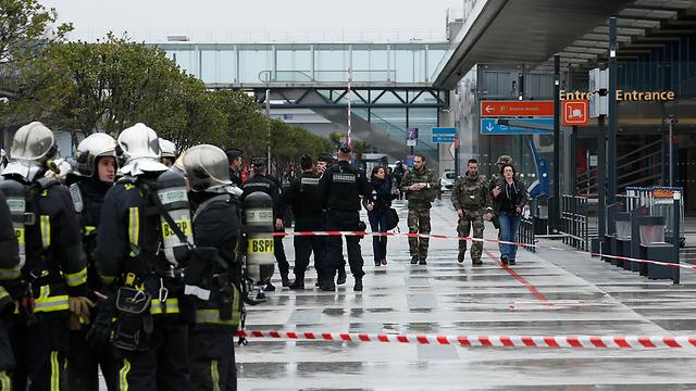 כוחות הביטחון הצרפתיים בנמל התעופה בשבת (צילום: AP)