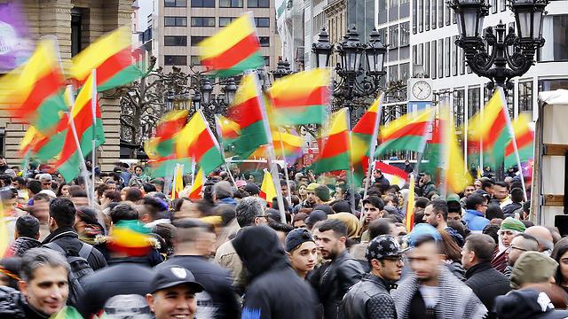 Kurdos que protestan contra Erdogan en Alemania (Foto: AP))