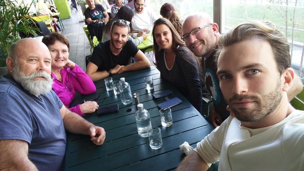 """משמאל: האב לינדסי, האם דבי, בן הזוג של מיכה, ארוסתו של נתן, נתן ומיכה. """"היינו רבים הרבה""""  (צילום: אלבום פרטי)"""
