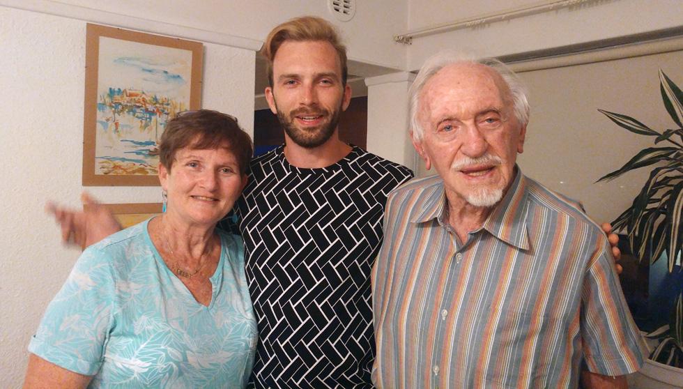 """מיכה עמוס עם סבו, אייבר קוטזן, ואמו דבי. """"מהכבשים השחורות במשפחה הפכנו להיות אלה שעושים את מה שהם אוהבים""""  (צילום: אלבום פרטי)"""