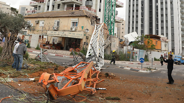 The collapsed crane (Photo: Shaul Golan)