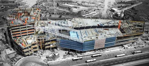 בזמן הבנייה. הגוף השלם הוא הקניון השוכב ומגדל המשרדים הצומח לצדו (צילום: גל דרן)