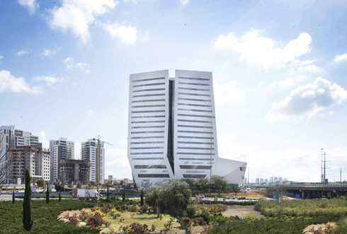 הקניון ומגדל המשרדים מאונכים זה לזה. ''זה קניון בוטיק'', טוענת דנה עזריאלי, יו''ר הקבוצה (צילום: גל דרן)