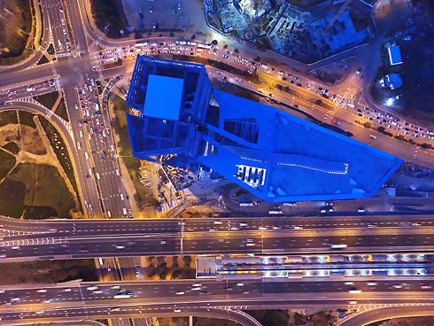 תנועת הקונים מובטחת כמעט מראש, הודות לתחנת הרכבת הצמודה, בדומה לקניון עזריאלי ותחנת השלום בת''א (צילום: דולב מלכה)