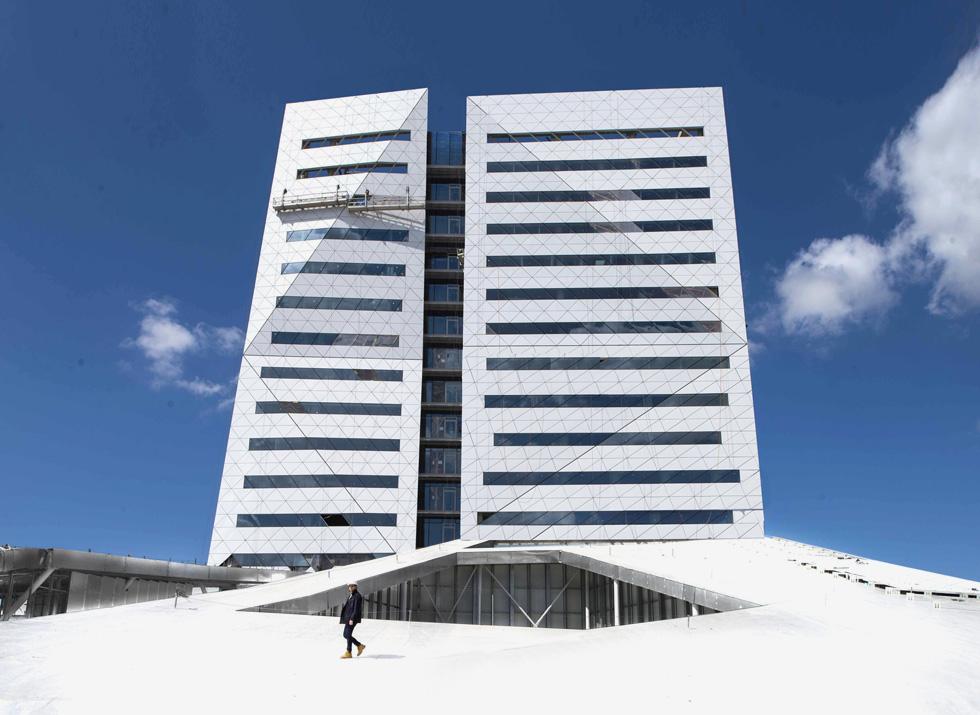 מגדל המשרדים מעל הקניון משלים את צורתו הייחודית של הפרויקט. ''זה מחובר לעיצוב המק של סטיב ג'ובס'', אומר האדריכל אסף מן (בצילום). ''או לסקיני ג'ינס. תפור במדויק'' (צילום: גל דרן)