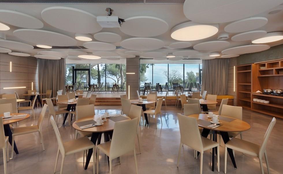 חדר האוכל שפונה לטיילת לואי ולנוף המפרץ (צילום: אסף פינצ'וק)