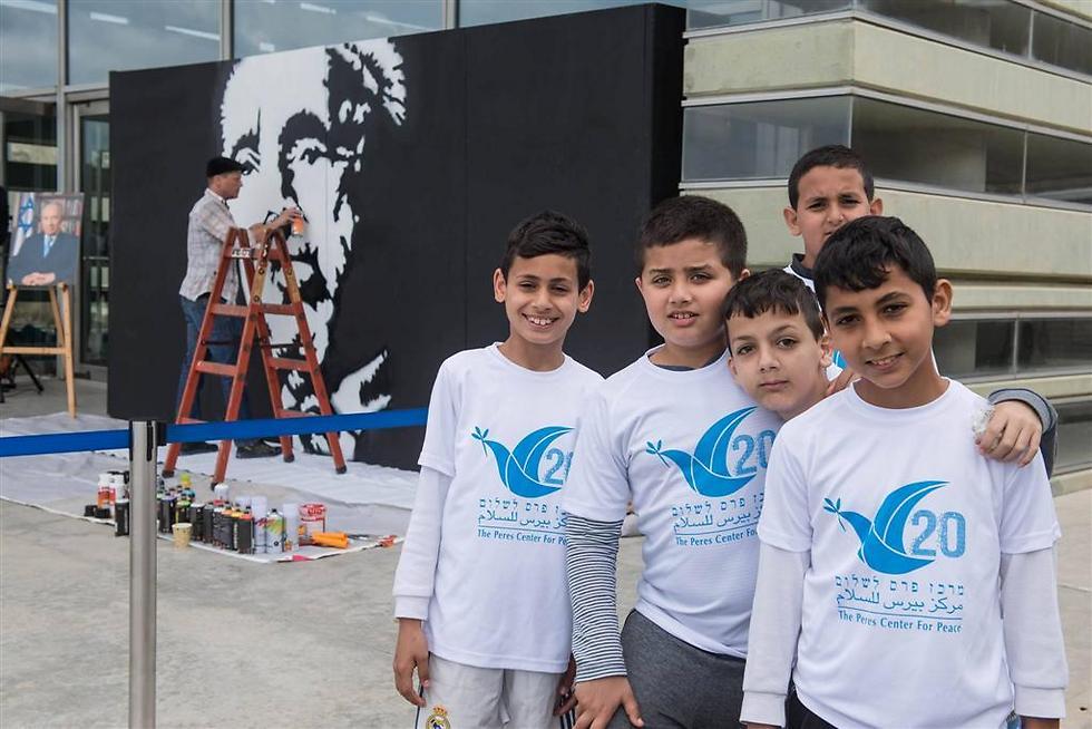 עזוב אותנו פוליטיקה, תביא כדור. ילדים במרכז פרס לשלום (צילום: בני דויטש)