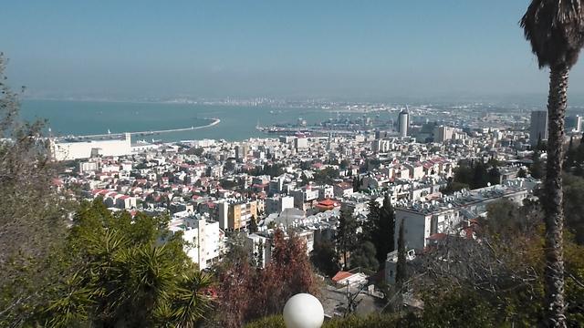 הנוף של צידה הצפון מזרחי של העיר ומפרץ חיפה (צילום: אסף קוזין)