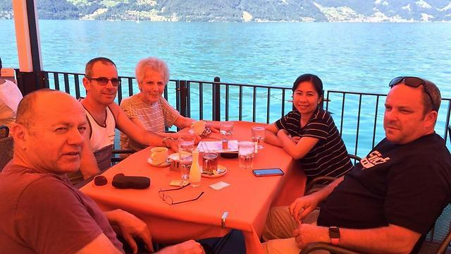 כוס קפה אחרונה. עם הבנים אילי אשרמן (מימין), עמי אשרמן (יושב ליד דבורה בגופייה), נמרוד לוז והמטפלת נוריאן  (תצלום באדיבות המשפחה)