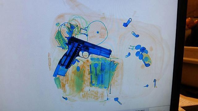 האקדח התגלה במכונת השיקוף (צילום: רשות שדות התעופה)