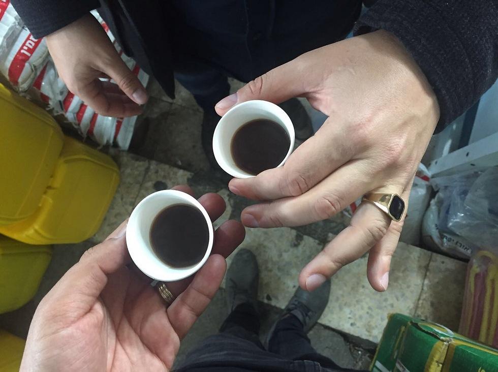 קפה שחור חזק (צילום: גיא גמזו)