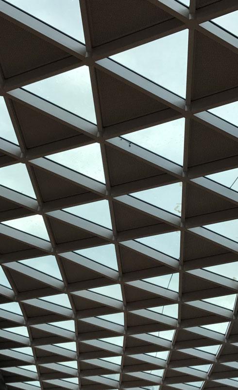 משולשי זכוכית ופח יוצרים אלמנט מעניין בתקרת הקניון (צילום: הילה שמר)