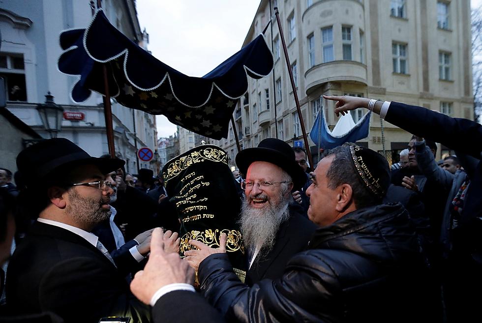 Prague Jewish community rejoices (Photo: Reuters)