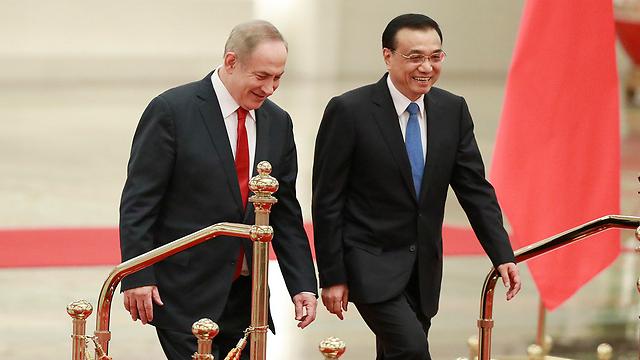 נתניהו לצד ראש הממשלה הסיני לי קצ'יאנג בטקס קבלת הפנים (צילום: EPA)