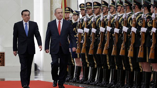 Li (L) and Netanyahu pass Chinese armored guard (Photo: Reuters)