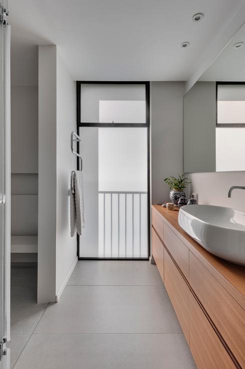 זכוכית חלבית ודלת הסטה למקלחון ולשירותים בחדר הרחצה של ההורים (צילום: עודד סמדר)