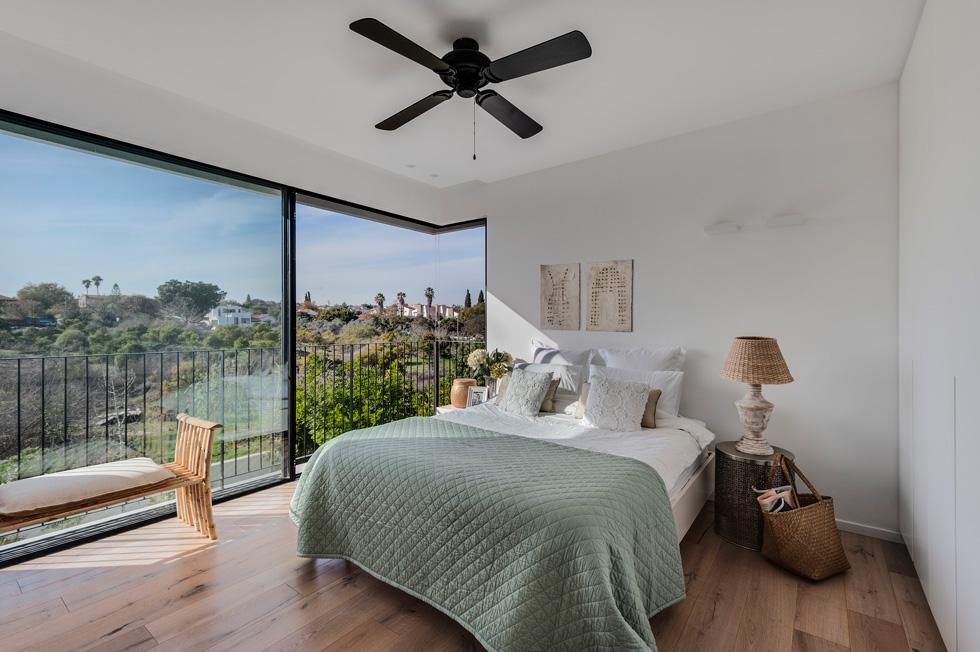 חדר השינה של ההורים פונה אל הנוף בגב הבית. פינת הזכוכית מעניקה לחדר מראה גדול יותר (צילום: עודד סמדר)