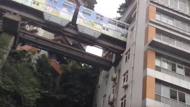 נכנסת מצד אחד של הבניין - ונעלמת. הרכבת בעיר צ'ונגצ'ינג