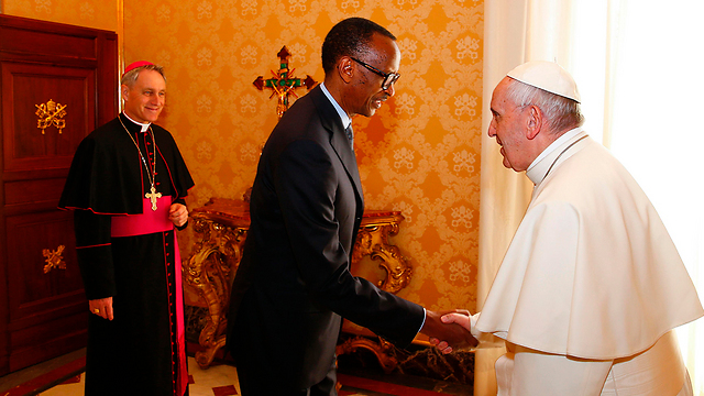 פרנסיסקוס עם נשיא רואנדה פול קגאמה בוותיקן (צילום: AFP)