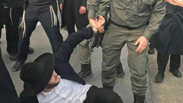 מעצר מפגין חרדי, אתמול (צילום: קבוצת מדברים תקשורת ) (צילום: קבוצת מדברים תקשורת )