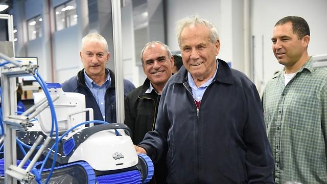סטף ורטהיימר (במרכז) בביקור במפעל (צילום: אביהו שפירא)