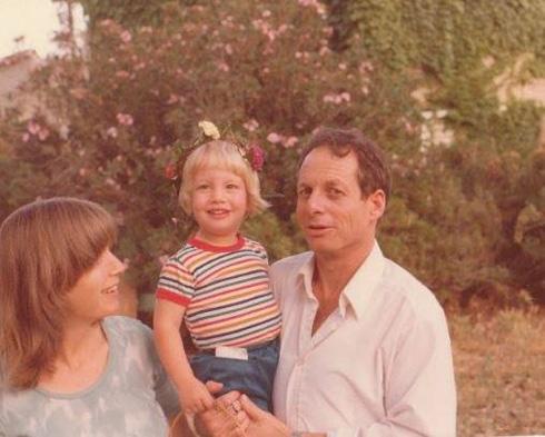 """תמונת ילדות: ליס והוריה בעין שמר. """"סוג של עצמאות שאהבתי"""" (צילום: אלבום פרטי)"""