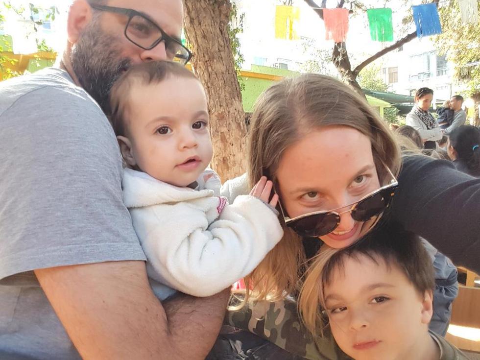 """עם בעלה גבע קרא עוז והילדים תום ולירי. """"התחבקנו כל הלילה, קמנו בצהריים, וזה מה שהמשכנו לעשות מאז""""  (צילום: אלבום פרטי)"""